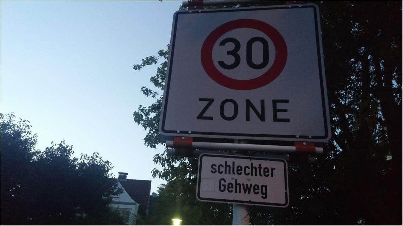 Straßenschild schlechter Gehweg
