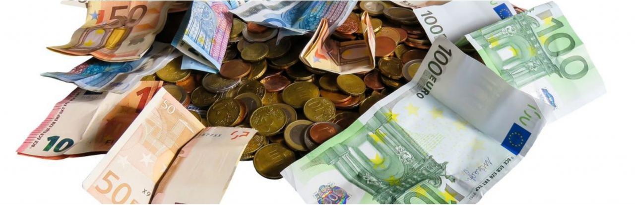 Foto, auf dem diverse Geldscheine und Geldmünzen abgebildet sind