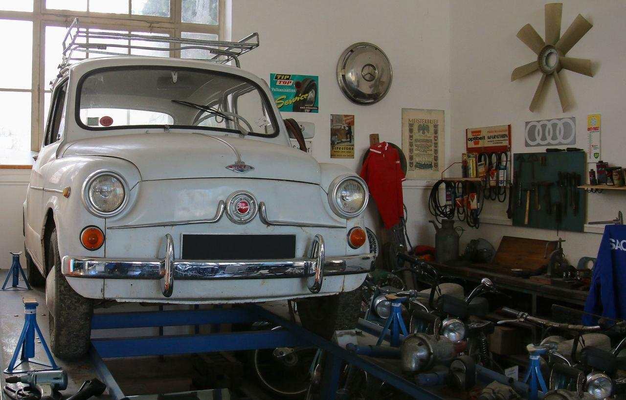 Auto in der KFZ-Werkstatt