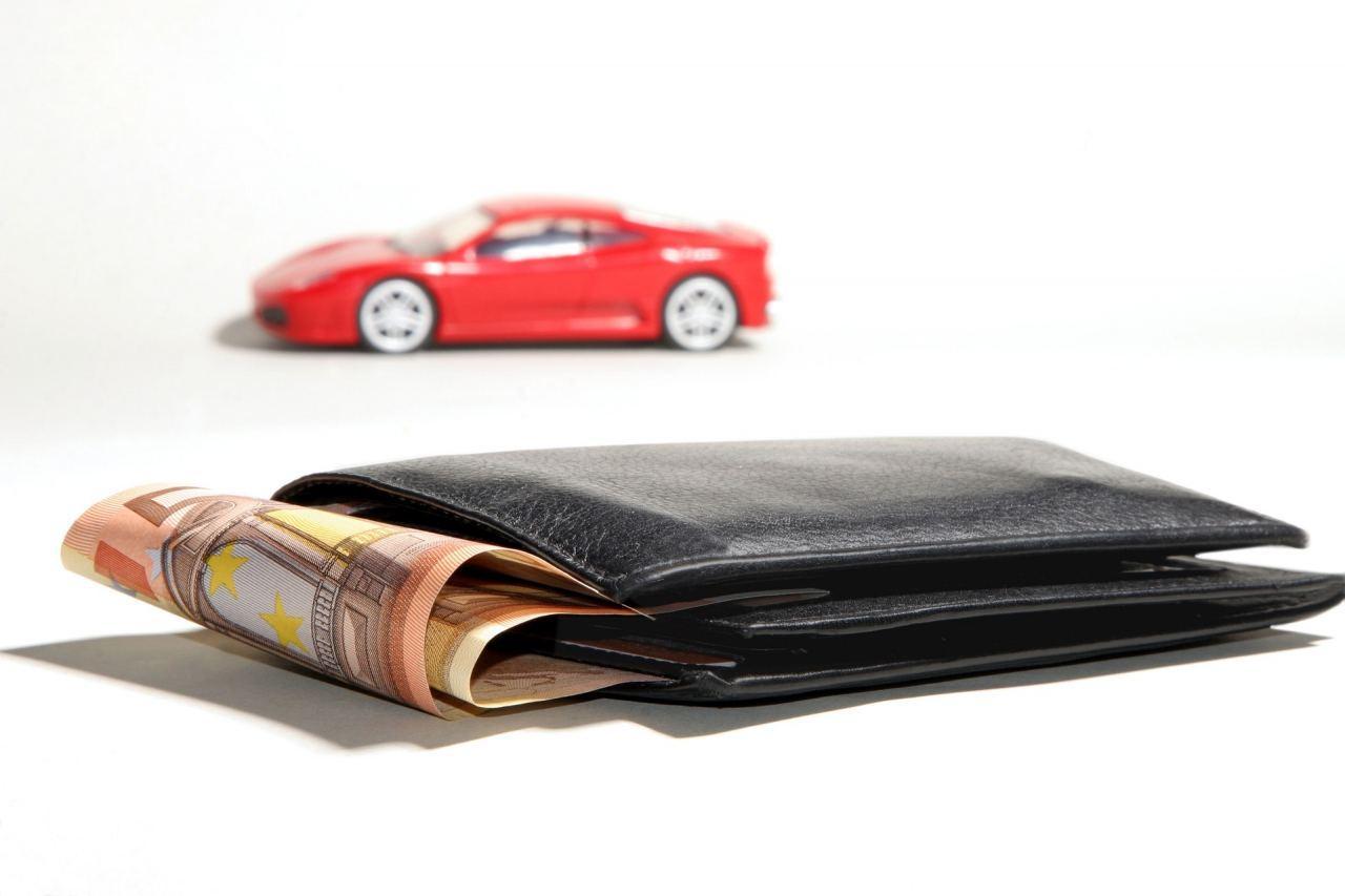 Geldbörse und Auto