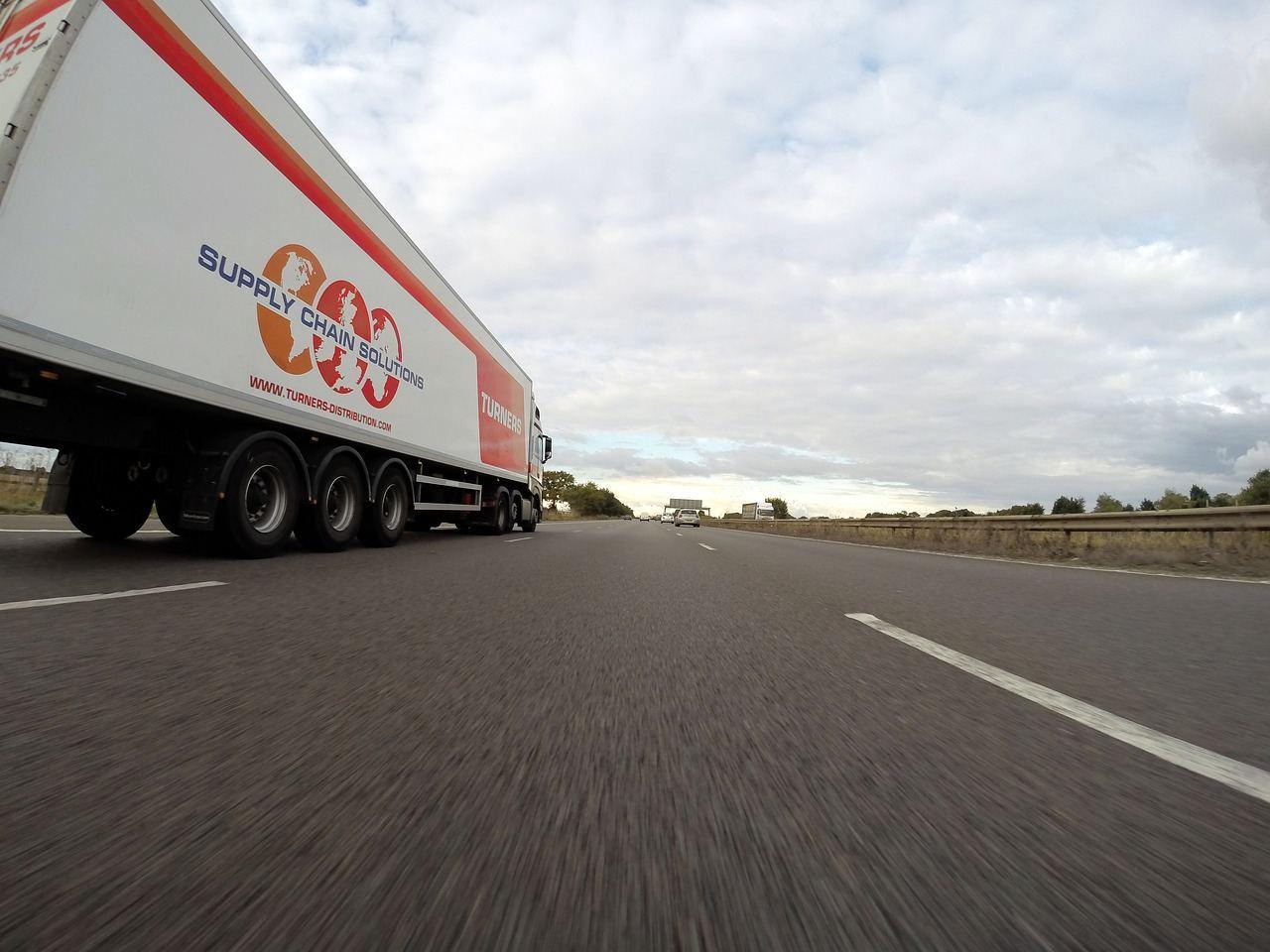 Transporter auf Autobahn