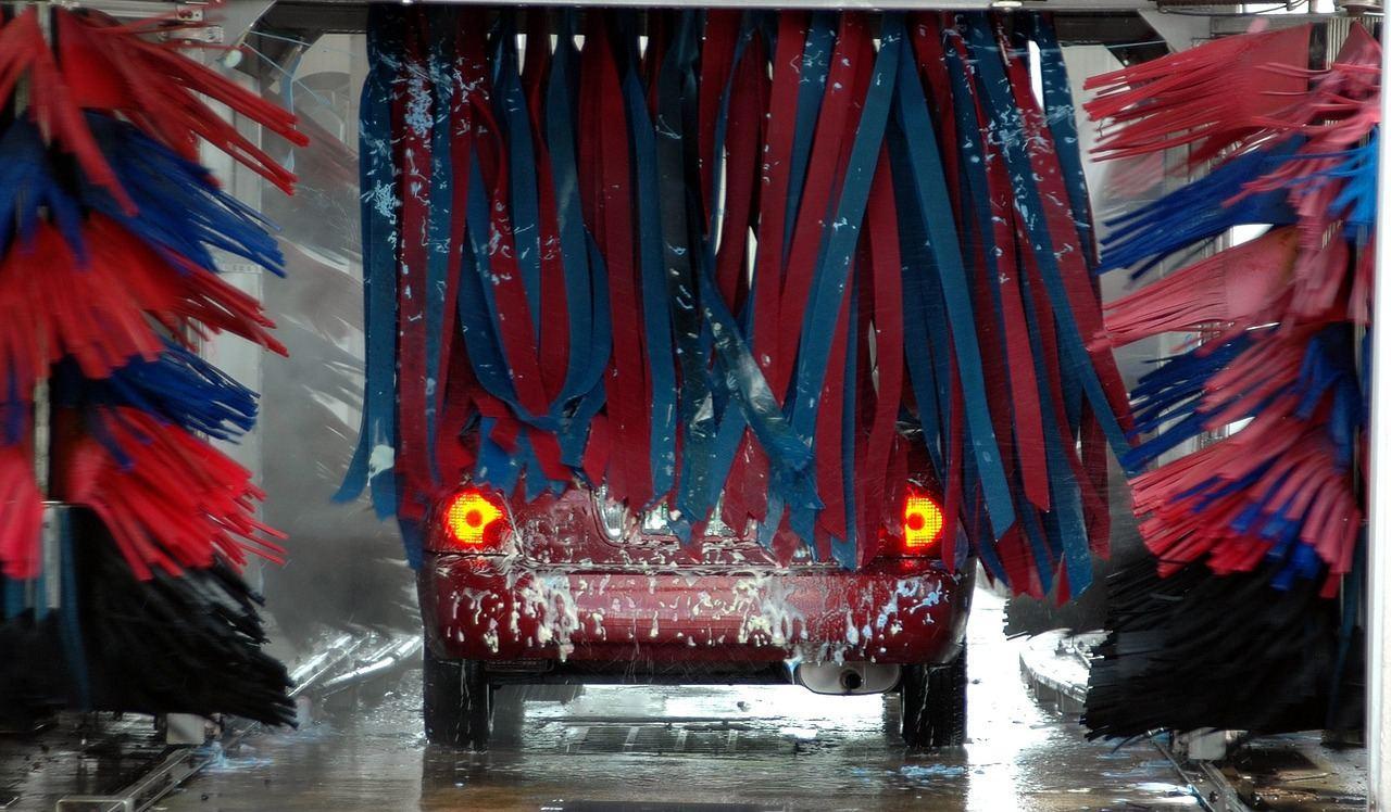 Auto in Waschanlage