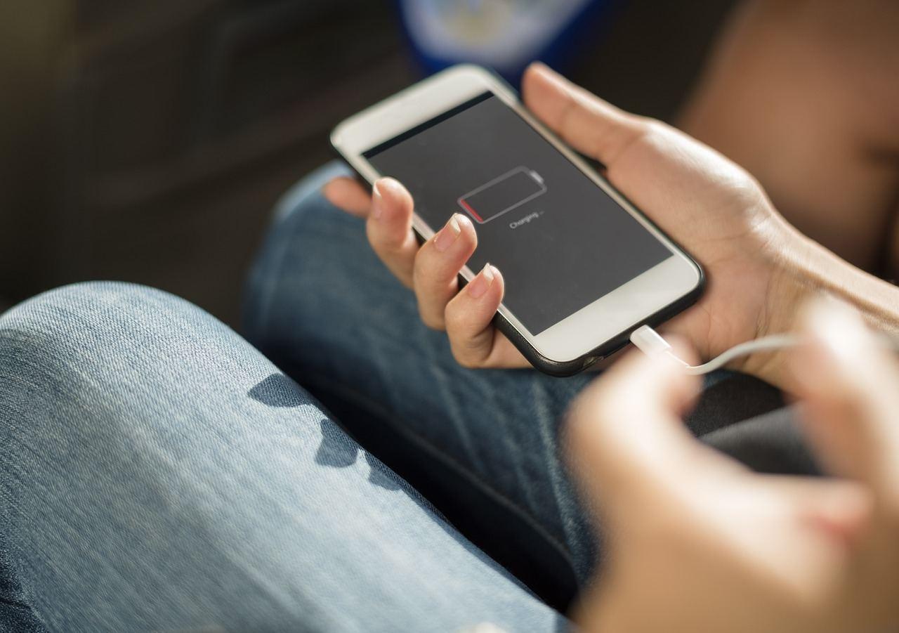 Smartphone aufladen mit Stromkabel