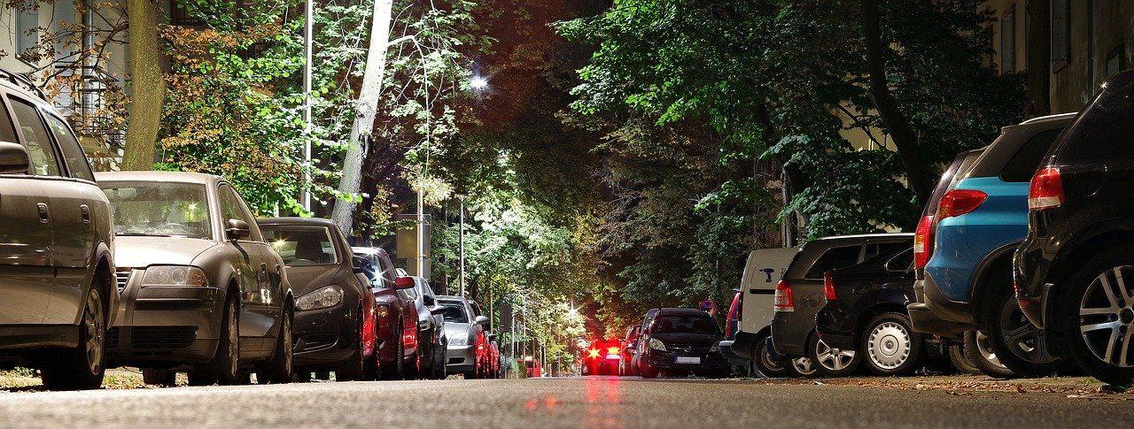 Autos auf nächtlicher Straße