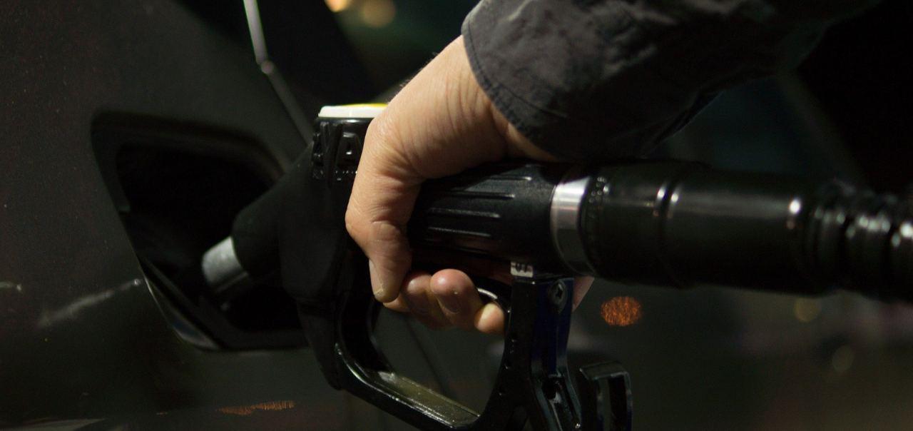 Mann betankt Fahrzeug an einer Tankstelle