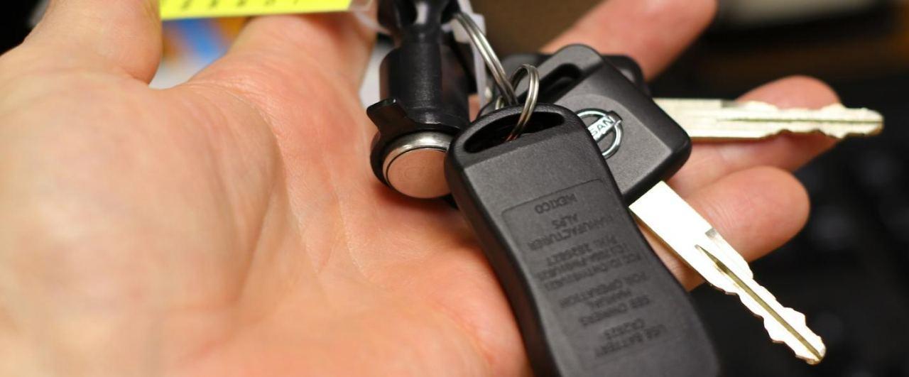 Hand hält Autoschlüssel