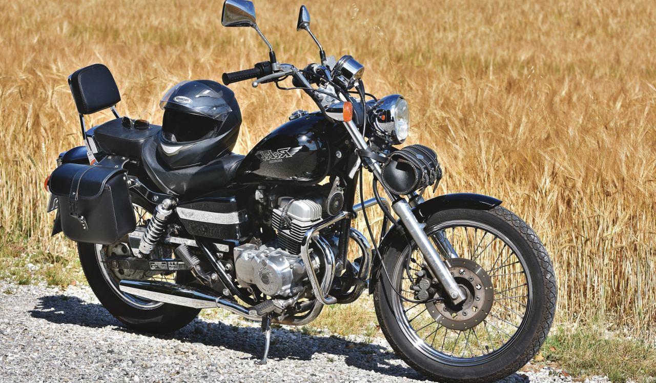 Motorrad steht auf einem Feldweg