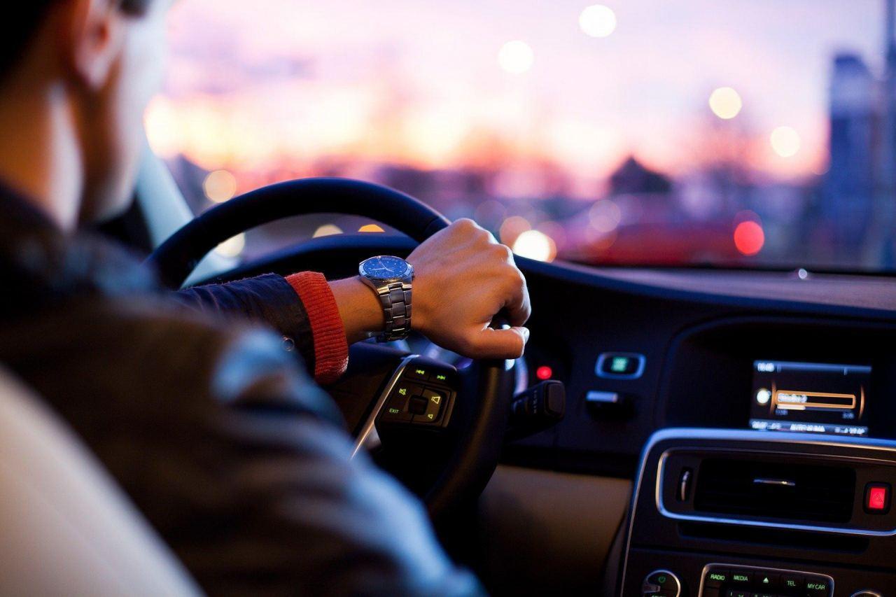 Fahrer sitzt im Auto und schaut durch Scheibe