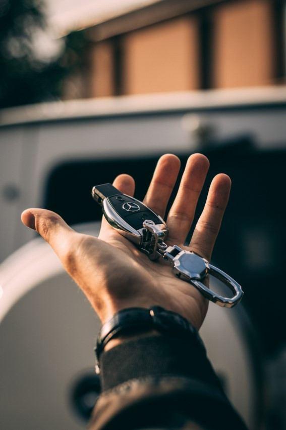 Autoschlüssel in der Hand