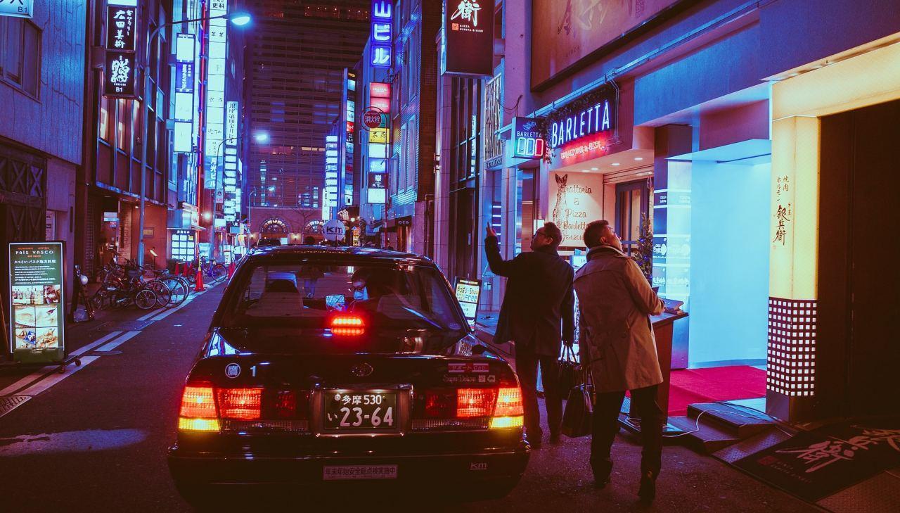 Taxi in der Großstadt bei Nacht, Japan