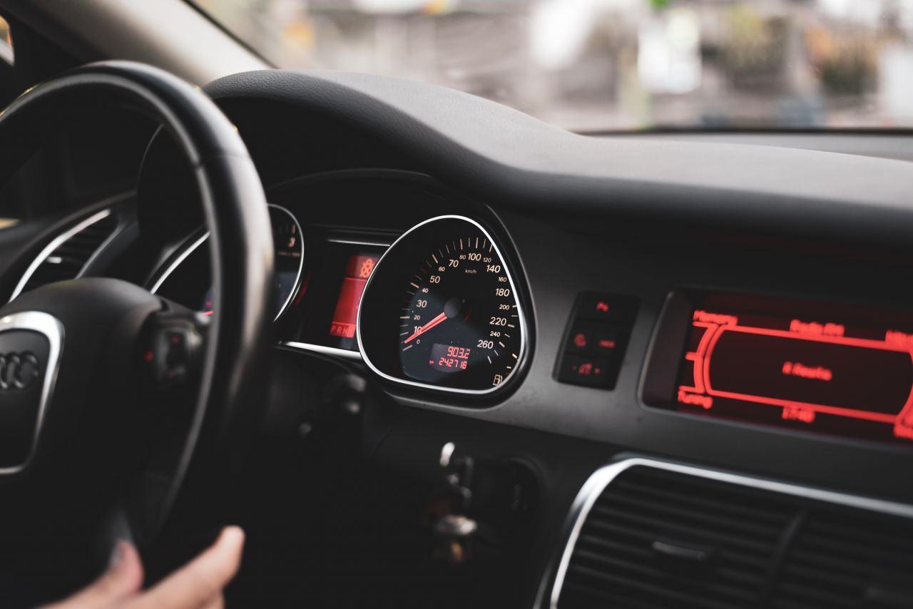 Auto Interieur und Tachometer in Nahaufnahme