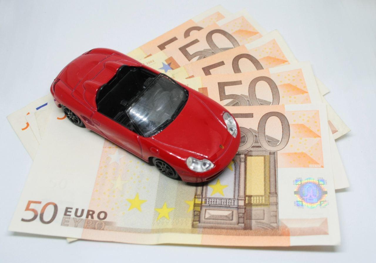Auto auf Geldscheinen