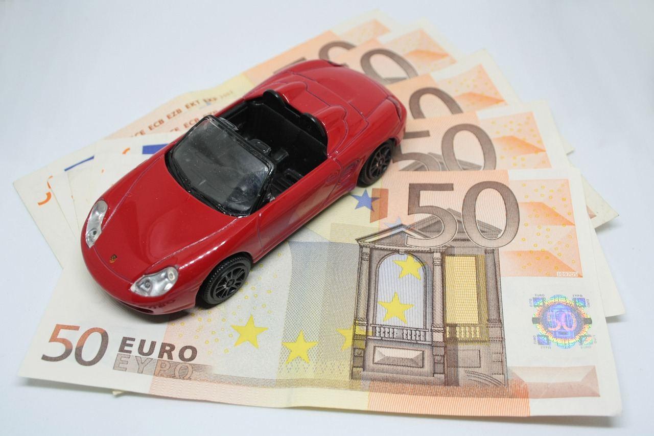 Spielzeug Auto auf Geldscheinen